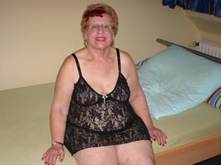 HeisseOma, Ich bin eine 75 Jahre alte Oma und will einfach mal wissen, ob ich noch begehrenswert bin. Schaut Euch meine Bilder und Videos mal an... Über Livecam bin ich  auch zu sehen... Zeigt mir Eure dicken Lümmel, ich brauche das - Eure heisse Oma! Wie Du schon feststellen kannst, würde ICH auch gerne sehen, mit wem ich das Vergnügen habe. Hoffentlich hast Du Cam2Cam...