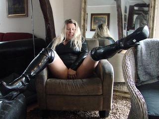 KimVanDyke, Sexy Milf sucht heisse Unterhaltung mit unanständigen Männern jeden Alters. Hauptsache frivol und dirty, normal kannst Du zuhause haben. Bei mir ist das Prickeln wichtig - und meine Erotik beginnt im Kopf. Lassen wir einfach unsere Phantasie ausufern und endlich mal richtig versaut sein!!!