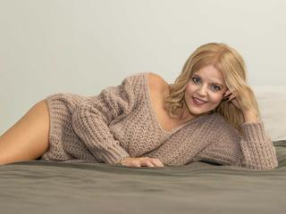 Ausrichtung: bisexuell - Haare: blond / lang - Piercing: keins - BH-Größe: C - Hautfarbe: weiss - Augen: blau - Rasur: vollrasiert