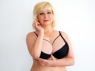 Ausrichtung: bisexuell - Haare: blond / mittellang - Piercing: keins - BH-Größe: E und mehr - Hautfarbe: weiss - Augen: blau - Rasur: vollrasiert