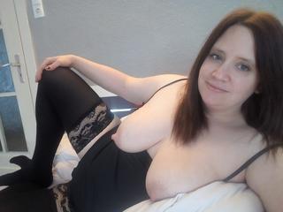 Jessica-Gold, Es hat mich schon immer erregt beim Sex erwischt werden zu können. Egal ob es die Nachbarn waren die einen hören oder Fremde die mich an ungewöhnlichen orten beobachten konnten. Heute lebe ich meine Phantasien vor der Cam aus und freue mich wenn andere dabei zusehen und geil werden. Ich liebe Cam2Cam wenn ich auch etwas zum sehen bekomme und jemand auf mich abspritzt.