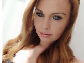 Ausrichtung: bisexuell - Haare: brünett / lang - Piercing: keins - BH-Größe: C - Hautfarbe: weiss - Augen: blau - Rasur: vollrasiert