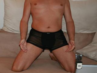 Ausrichtung: bisexuell - Haare: grau / sehr kurz - Piercing: keins - BH-Größe:  - Hautfarbe: weiss - Augen: grün - Rasur: vollrasiert
