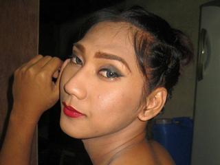 Ausrichtung: homosexuell - Haare: schwarz / lang - Piercing: keins - BH-Größe:  - Hautfarbe: asiatisch - Augen: braun - Rasur: teilrasiert