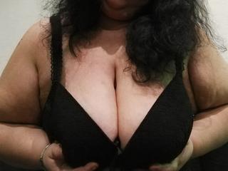 HotLady4You, Wie Du siehst, bin ich ein molliges Luder, ganz privat mit großen Brüsten und harten Nippeln! Ich bin für alles offen was geil ist und gefällt...  liebe Sex im freien und genieße alles, was mit Sex zu tun hat. Suche Männer für geile Spiele zu zweit!