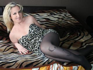 Ausrichtung: bisexuell - Haare: blond / mittellang - Piercing: keins - BH-Größe: D - Hautfarbe: weiss - Augen: blau - Rasur: vollrasiert