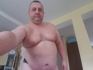Jim - Darten, Fussball, Sex,  - Ich bin ein 48 Jähriger kleiner etwas Dicklicher Mann! Ich habe einen so genannten Blut Penis, wenn Du wissen willst was das ist zeige ich es Dir. Mein Name ist Jim! - Alter: 50 / Wassermann - Größe: 170 / kräftig - Geschlecht: männlich - Ausrichtung: bisexuell - Haare: schwarz / sehr kurz - Piercing: keins - BH-Größe:  - Hautfarbe: weiss - Augen: blau - Rasur: vollrasiert