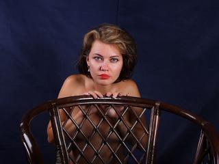 Ausrichtung: bisexuell - Haare: brünett / mittellang - Piercing: keins - BH-Größe: B - Hautfarbe: weiss - Augen: grau - Rasur: teilrasiert