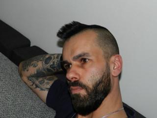 Ausrichtung: bisexuell - Haare: schwarz / kurz - Piercing: keins - BH-Größe:  - Hautfarbe: weiss - Augen: braun - Rasur: teilrasiert